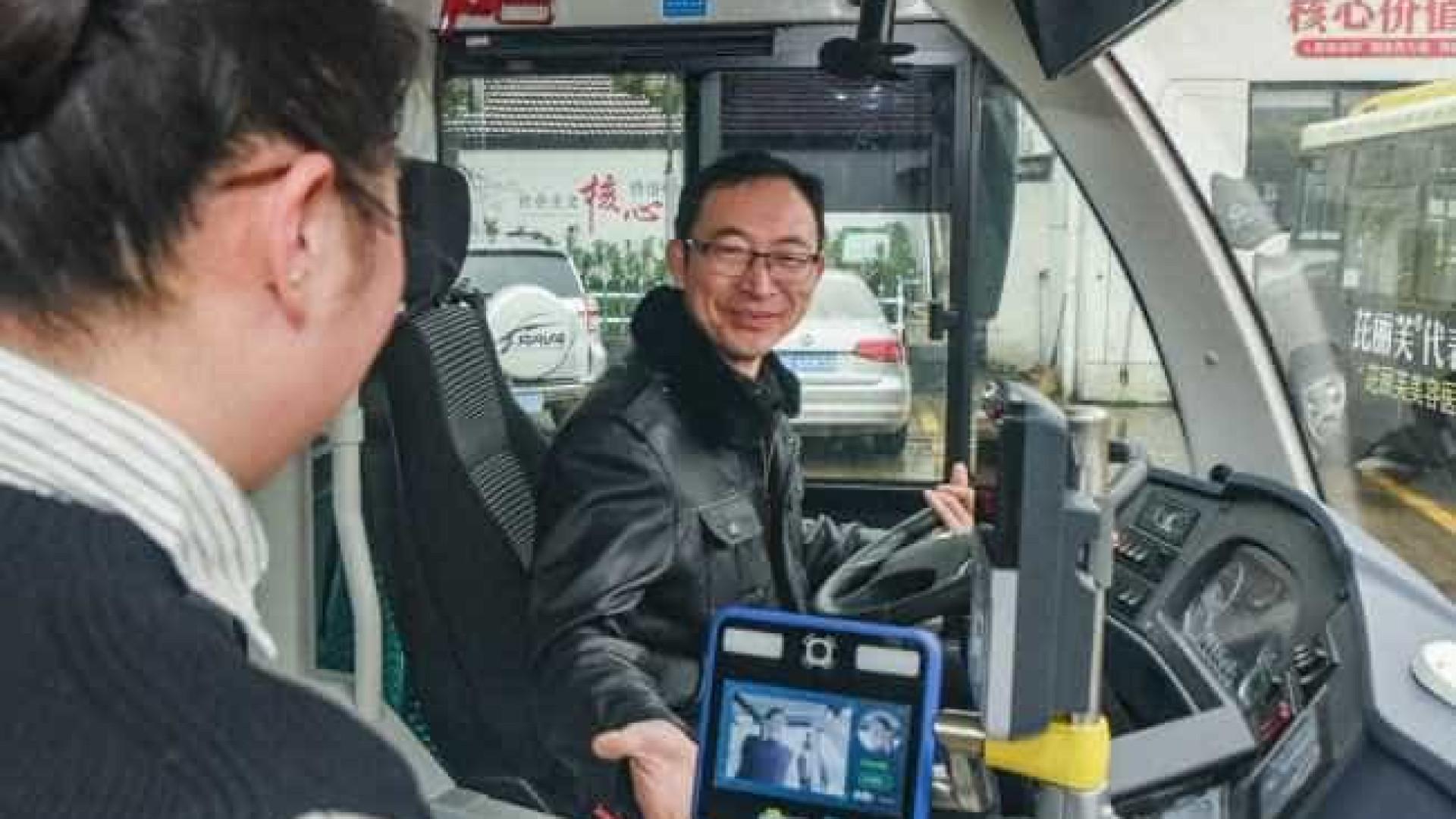 China testa ônibus que cobra tarifa ao reconhecer o rosto do passageiro
