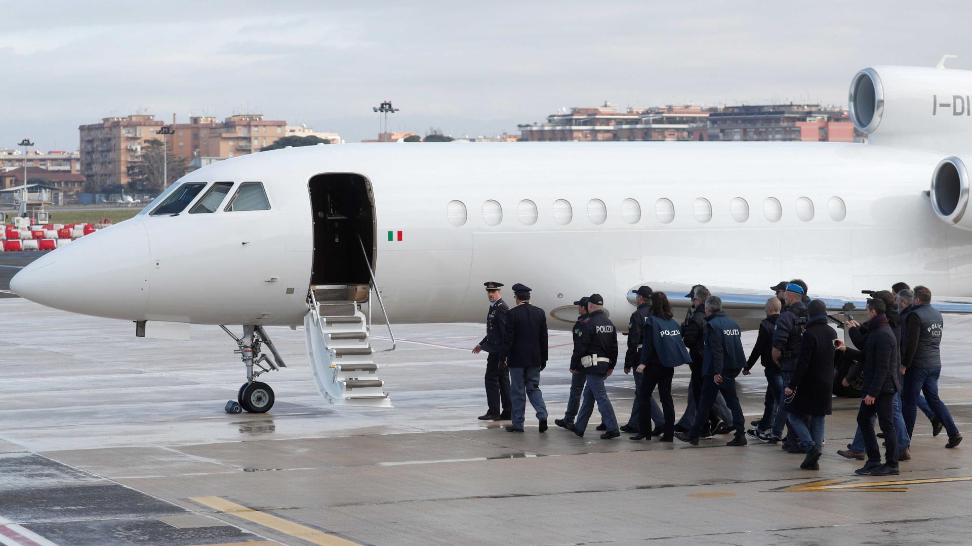 Cesare Battisti aterrissa em Roma após quase 40 anos foragido