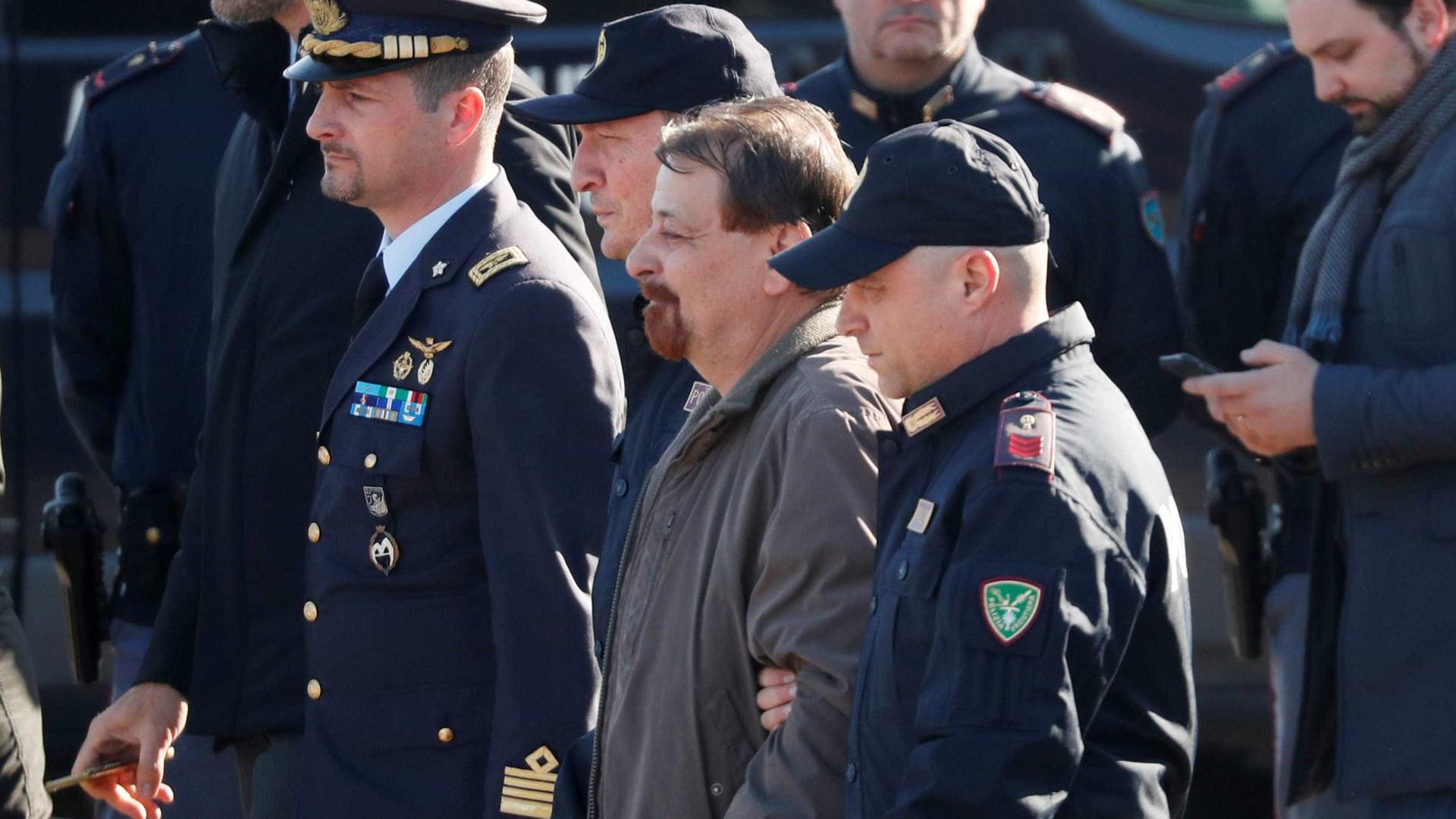 Battisti chega à prisão de Oristano, na Sardenha