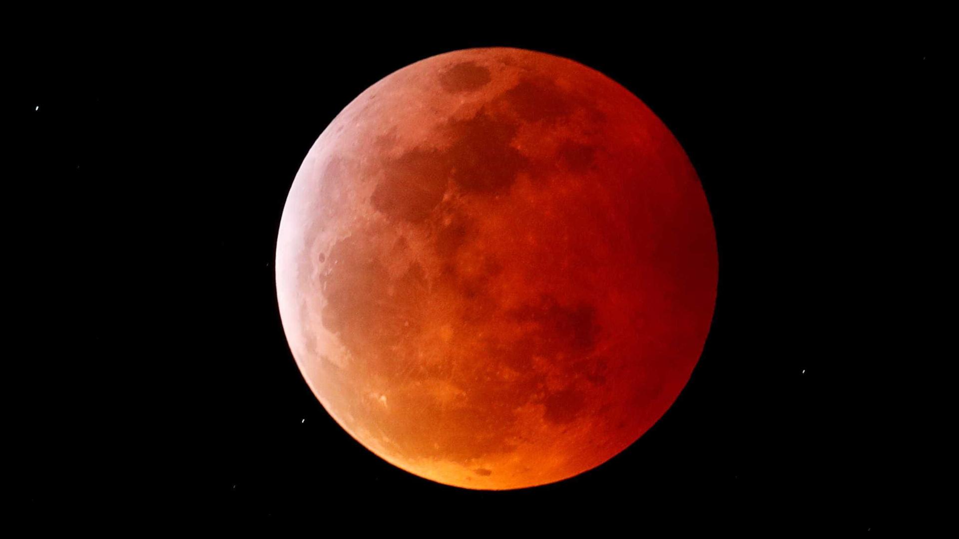 Perdeu o supereclipse lunar desta madrugada? Confira fotos