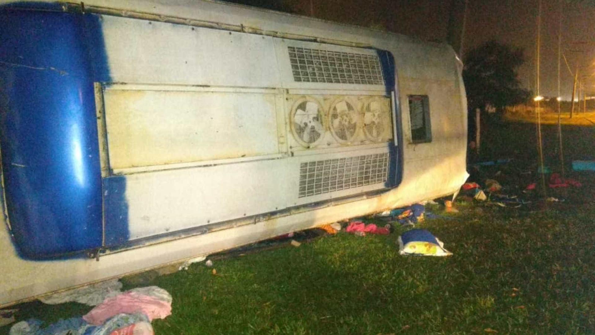 Ônibus cai de viaduto e bate em poste em GO; dois mortos e 41 feridos