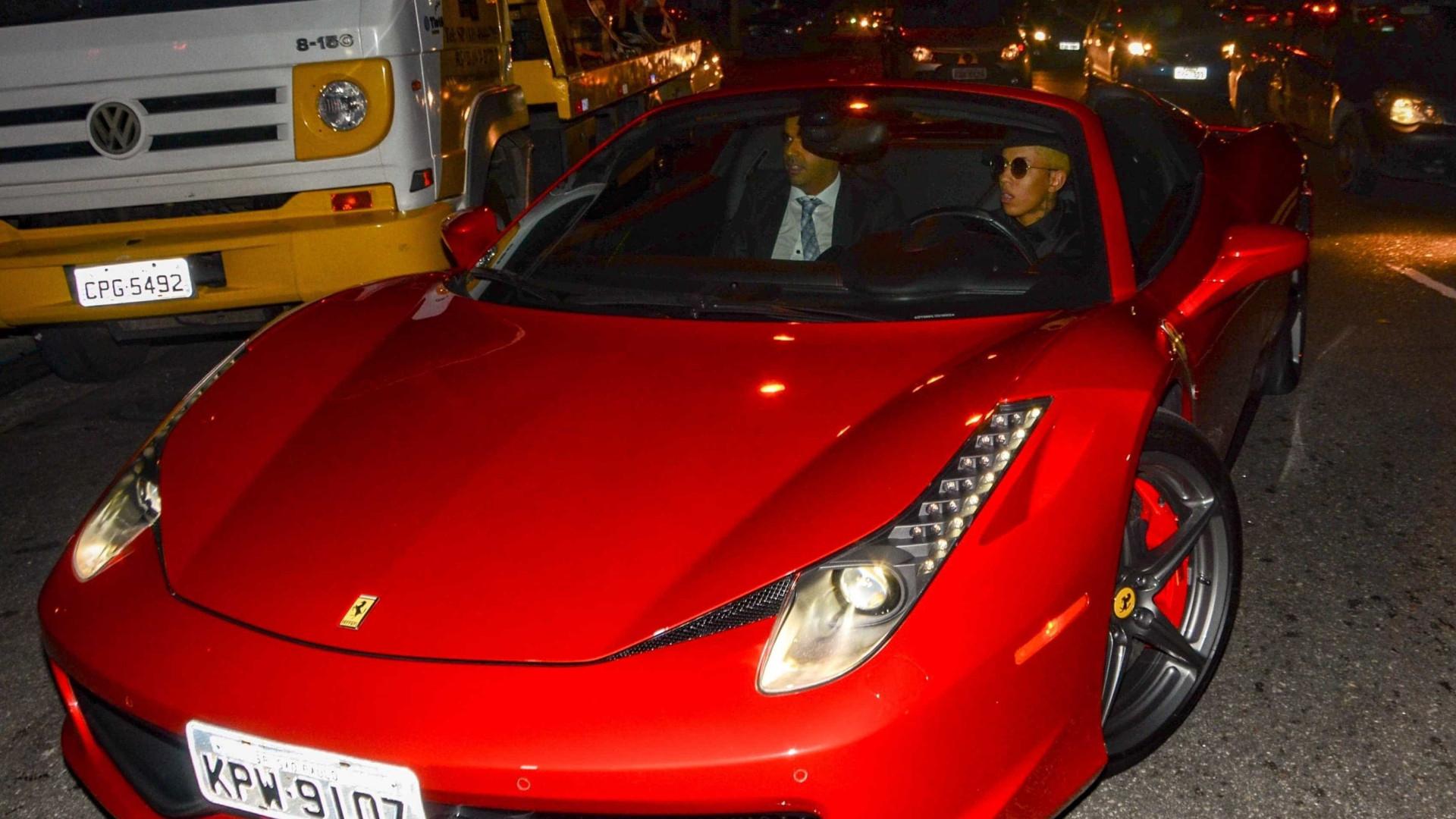 MC Don Juan faz festão e chega com carrão de R$ 2,8 milhões