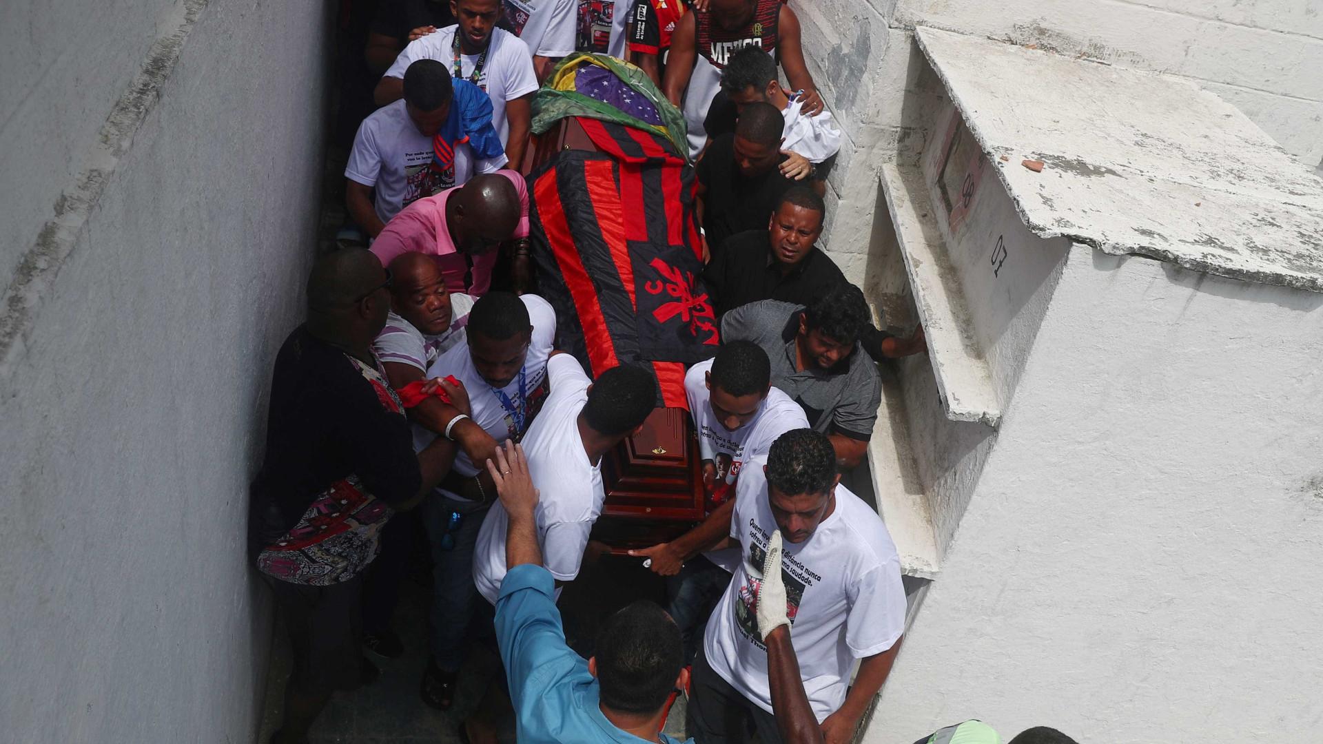 Famílias enterram as cinco últimas vítimas da tragédia do Flamengo