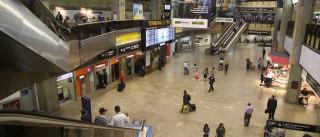 Refugiados são barrados e dormem no  chão em aeroporto de SP