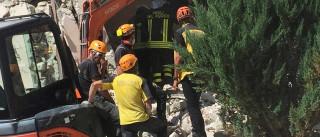 Idoso oferece vinho a socorristas após ser resgatado em escombros