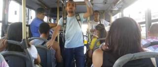 Universitário dá aula em ônibus para custear estudos; assista!