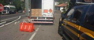 Caminhão é flagrado com toneladas de explosivos em situação perigosa