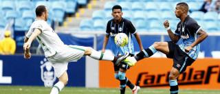 Grêmio volta a marcar após  500 minutos e bate Chapecoense
