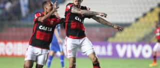 Flamengo vira no final e segue na cola do Palmeiras