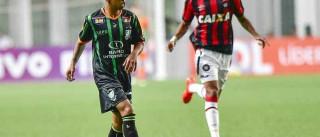 América-MG vence Atlético-PR e mantém  Corinthians no G6