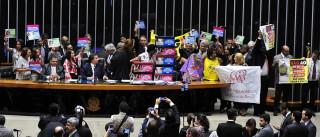PEC do Teto: Maia suspende sessão e  pede retirada de manifestantes