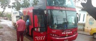Bandidos trancam 40 passageiros em bagageiro de ônibus após assalto