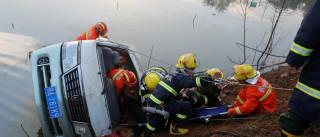 Pelo menos 17 mortos em queda de ônibus num lago na China