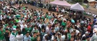 Ambulantes lucram no entorno da Arena Condá