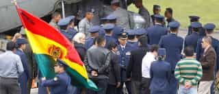 Corpos de tripulantes do voo da LaMia são recebidos na Bolívia