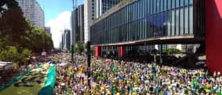 Multidão já se concentra na Avenida Paulista