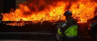 Manifestantes colocam fogo em limousine;  mais de 95 são presos