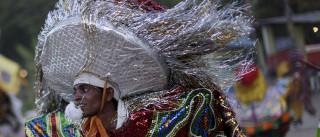 Agricultores costuram em  maracatu tradicional de Pernambuco