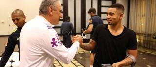 De muletas, Gabriel Jesus faz visita à  seleção brasileira