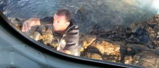 Policial salta de helicóptero para salvar jovem de afogamento