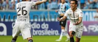 Cássio defende pênalti, Corinthians vence Grêmio e dispara na ponta