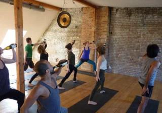 Yoga que une cerveja durante o treino promete ser a sensação do verão