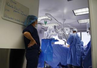 Cirurgia robótica inédita salva duas pessoas na Itália