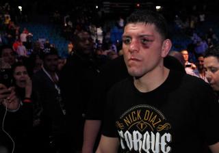 Lutador do UFC enrola cigarro de maconha em treino com brasileiro