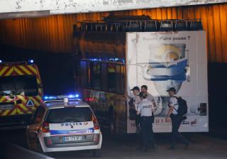 Paris: 4 pessoas ficam feridas após ônibus ficar preso debaixo de ponte
