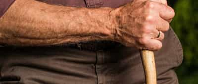 Idoso é agredido com golpes de enxada no interior de SP