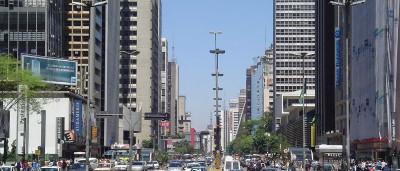 Com painéis na Paulista, sindicatos iniciam atividades do 1º de Maio