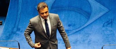 Aécio Neves deixa plenário do Senado sem comentar o assunto