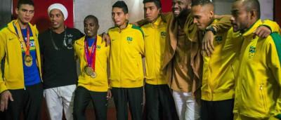 Ronaldinho Gaúcho faz música para delegação paralímpica; veja