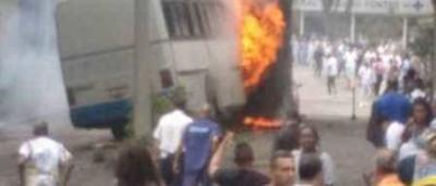 Ônibus bate em guarita de hospital e pega fogo no Rio; veja