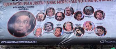 'Muro da Vergonha' expõe políticos e vira ponto de fotos na Paulista