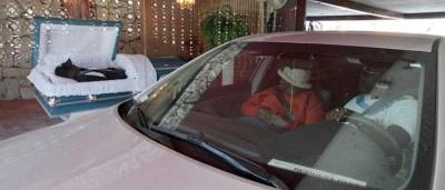 Funerária oferece serviço 'drive-thru' para velar parente