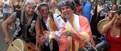 'Bloco árabe' pede passagem no carnaval de rua do Rio