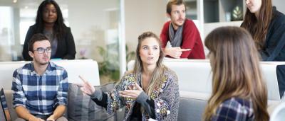 Mulheres trabalham 5,4 anos a mais do que homens no Brasil