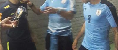 Neymar é flagrado vestido com a camisa do Uruguai após jogo