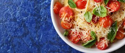 Macarrão com tomate-cereja e ervas é simples e cheio de sabor; aprenda!