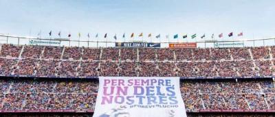 Torcida do Barça estende bandeirão em despedida de Luis Enrique