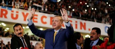 Após plebiscito, Erdogan volta ao comando  de seu partido na Turquia