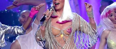 Aos 71, Cher arrasa com roupa ousada