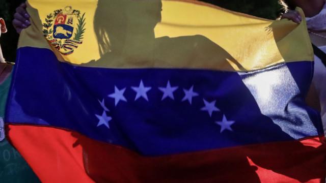 Venezuelanos protestam contra baixos salários e medicamentos