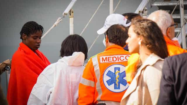 Itália resgata mais de mil imigrantes no mar apenas nesta quarta