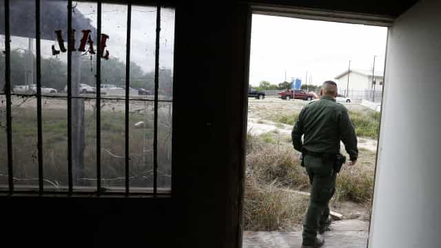 Centenas de crianças são separadas dos pais em celas do Texas