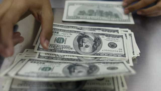 Dólar tem leve queda e fecha a R$ 3,8410