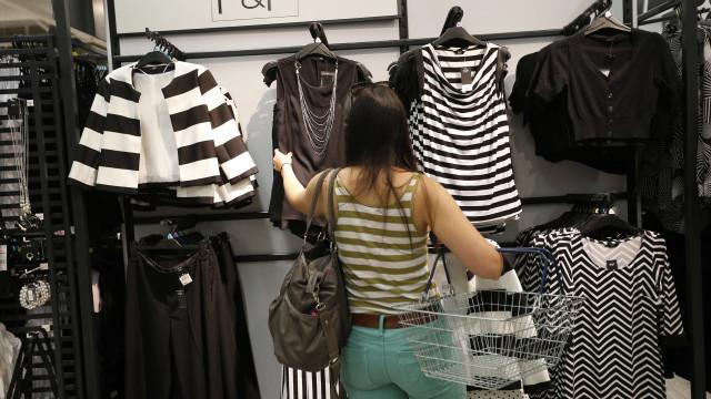 Vendas do varejo brasileiro caem 0,2% em fevereiro, diz IBGE