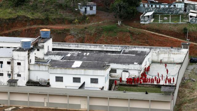 Forças Armadas participam de varredura em presídio no Rio