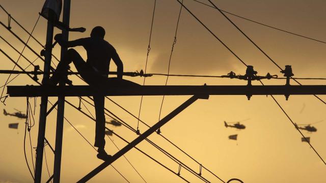 Bandidos forçam técnicos a religar energia em comunidade no Rio